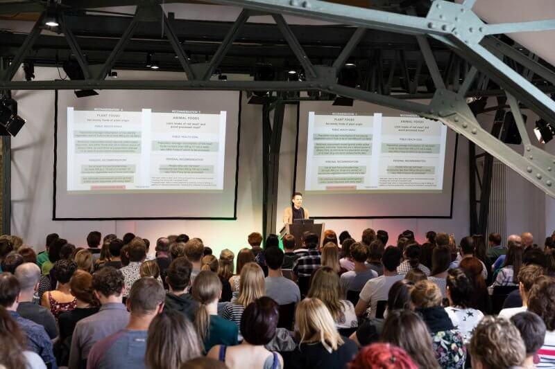 Niko Rittenau in Action bei einem Vortrag
